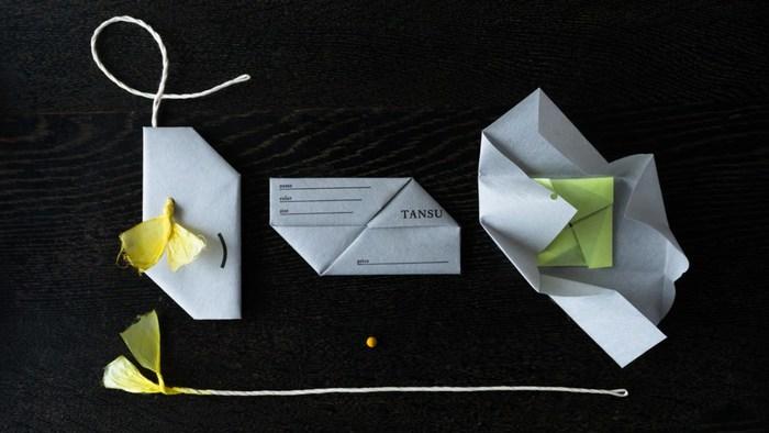 タグにもTANSUのこだわりが感じられます。抽斗をイメージした形に、先が線香花火からアイディアを得た花弁のようなこより紐が特徴です。花弁は草木染めで染められています。花弁の中に小さな玉、「あたり玉」が入っていればささやかな贈り物がもらえます。タグを開ける時にちょっとした楽しみができますね。