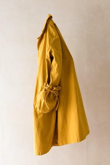 巾着とコートが合体した、「Labo Coat(ラボコート)」。大容量のポケットにいろんなものをつめこむことができそうです。男性のようにバッグなしでお出かけするのも、このコートなら正解かもしれません◎