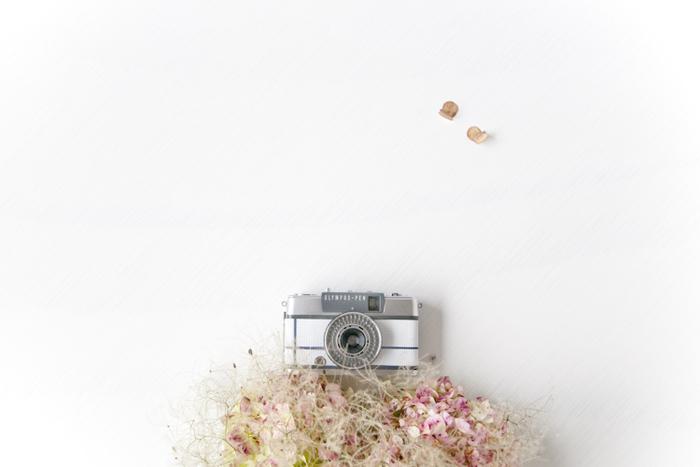 Rie-Came(リエカメ)は1960年代のオリンパスペンを中心にクラシックフィルムカメラをレストアし、新たに革部分にデザインを加えて販売しています。