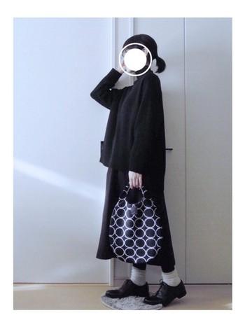 オールブラックのワントーンコーデも、靴下やバッグに工夫すると軽やかに見えます。シックになりすぎるブラックコーデのときに参考になりますね。
