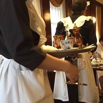 メイドさんのような制服を着たウエイトレスさん。店内の雰囲気によく合っています。眼の前でスペシャリストがサイフォンで淹れたコーヒーをコペンハーゲンのカップに注いでくれるサービスも嬉しいですね。