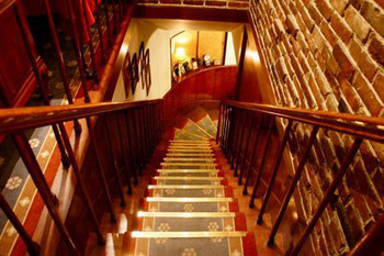 1階が喫煙席で2階が禁煙席です。格調高い階段からの眺めも上品です。