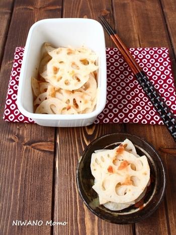 食感が楽しい、シャキシャキれんこんの梅かつお和え。梅かつおで和えるので、さっぱりした味付けで箸休めにもなります。