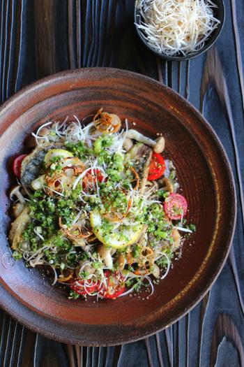 食卓も華やかになる、さんまのねぎ塩竜田サラダ。さんまと薄切りれんこんをカリッとした食感に仕上げた、色鮮やかな和風のおかずサラダです。