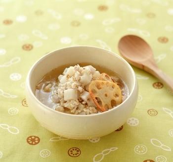 身体に優しい、鶏れんこんの中華風スープ。みじん切りにしたれんこんと鶏ひき肉、香味野菜などが入った、具だくさんのスープです。