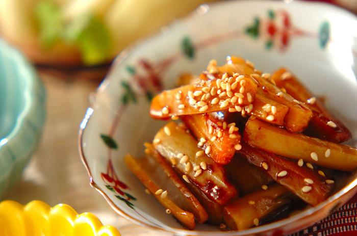 ごはんが進む甘辛味の、れんこんの炒め物。れんこんだけを使い、細切りにすることで、より食感を楽しむことができます。