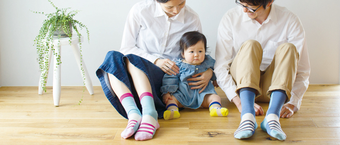 親子でお揃い♪の靴下はいかがでしょうか?まったく同じじゃ恥ずかしい・・・というパパさんのために色違い作戦もアリですね。
