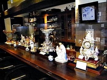 コーヒーカップ以外にも、カウンターにはマイセンの人形や時計がたくさん。300年近い歴史を誇るマイセン。今にも動き出しそうな美しい磁器を見つめながら上質な一時をお過ごし下さい。