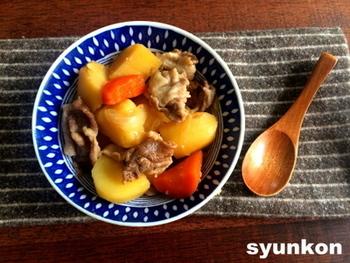 なんとレンジだけでできてしまう肉じゃが。下ごしらえした食材と調味料を耐熱容器に入れ、10分チンするだけでOKです。これなら肉じゃがをいつでも気軽に作れますね!