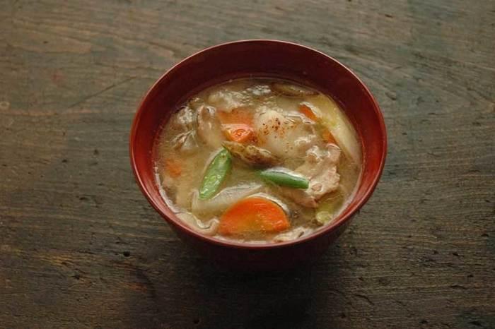 野菜をたっぷり摂りたい時、煮物も捨てがたいですが、寒い日は体が温まる豚汁がおすすめです。思い切り具だくさんにすれば、汁ものと言えど満足度充分。具材は、冬野菜のごぼうや里芋、ネギがおすすめです。七味をお好みでかけて召し上がれ。
