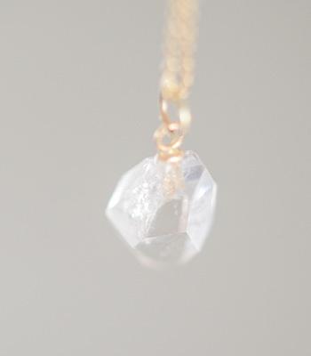 ■HERKIMER DIAMOND  ハーキマーダイヤモンドは、鉱物学的には水晶ですが、通常の水晶とはかなり違うエネルギーを持ちます。この石を持つことで非常に鮮明な予知夢を見ることがあり、その夢がとても重要な気付きを与えてくれるといわれる事から、ドリームクリスタルとも呼ばれています。その透明感ある約束された美しさは、もう人に同様の自信と明るさをもたらします。