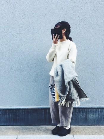 トップスに白ニットを使った取り入れやすいコーディネート。黒を使わずに、白とグレーのモノトーンにすることによって、柔らかい印象になります。ウール素材のパンツでボリューム感を出すことによって暖かそうな冬のコーディネートに。
