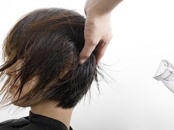 サイドや後頭部を乾かすときは、後ろから風を当てて毛流れが前にいくようにするのがポイント。後ろから風を当てることで、どちらか一方にハネてしまう癖を軽減することができます。
