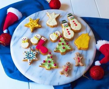食パンを型抜きし、焼いてチョコペンで絵を描いたクリスマスクッキー。細かい部分は竹串を使うと上手くいきますよ。