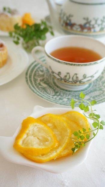 フルーツと合わせたり、アイスに添えたり、紅茶に浮かべてレモンティーにしたり、お湯を入れてゆず茶風にしたり。他にも、炭酸水にいれたり、ヨーグルトにのせて食べても◎ 簡単に出来て使い道いろいろの砂糖漬け。風邪予防のためにもストックしておきたいですね。