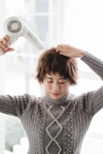 髪の毛を乾かすときは、まずは全体に風を当てて軽く乾かしてから、前髪→トップ→サイド→後頭部→襟足の順番で乾かしていきます。トップがぺたんとなると丸いフォルムが出来にくくなるので、持ち上げるようにして風を当てると◎