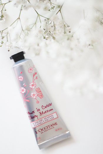 南仏リュベロン地方のアプトは多くの芸術家に愛される村。そこでは春になるとたくさんの桜が咲くのだそう。「チェリーブロッサム」は、その爽やかでどこか甘酸っぱい春の香りが詰まったハンドクリームです。