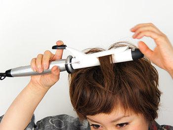 巻くときは、後ろから前に持ってくるように巻いていくとボリュームが出やすくなります。髪をはさんで、滑らせるようにカールさせていくと、ナチュラルな仕上がりに。使用するコテは、細すぎず太すぎない32mmタイプがおすすめです。