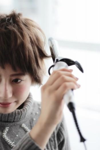 毛先だけに動きをつけたい場合は、少し束を作って毛先だけを軽くひねるように熱を当てるのがポイント。長時間熱を当てすぎると毛先が折れてしまって不自然になるので、180〜200℃の熱で2秒程度さっと当ててください。