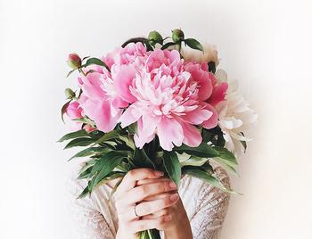 ピオニーとは芍薬(シャクヤク)のこと。日本でも美しい女性の象徴として使われることのある花です。神様に愛された「ピオニア」という妖精に嫉妬をした女神が、魔法で千の花びらをもつ花、「ピオニー」に姿を変えてしまった、という言い伝えがあります。