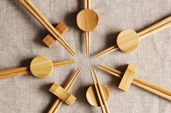 こちらは竹で作られた、公長齋小菅の「円窓箸置き」と「角窓箸置き」です。それぞれ中心部に箸を通すことができる穴が開いているんですね。もちろん食事中はふつうに上にお箸を乗せて使うことができます。同じく公長齋小菅のロングセラー商品「みやこ箸」にしっくり馴染むよう作られているので、セットでの購入もおすすめです。