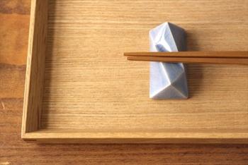 こちらは美濃焼の「面取箸置」。なんだか石のような、シャープなフォルムが印象的です。男性にも喜ばれそうなデザインですね。