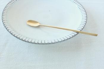 こちらはブラス(真鍮)のロングスプーンです。長い柄と小さなスプーン先が華奢でとてもおしゃれですね。マドラーやジャムスプーンとしても使いやすそうです。