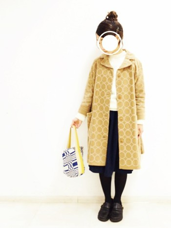 冬だからこそ、色物に挑戦してみませんか?こちらはイエローのコートがとても晴れやかなコーディネート。太陽の陽射しのような暖かいイエローのおかげで、寒い冬のお出かけも心ぽかぽか楽しくなりそうです。