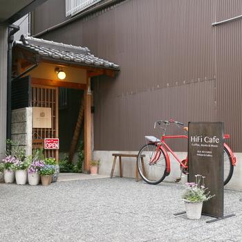 京都市役所前駅から約400mほどのところにある「ハイファイカフェ(HiFi Cafe)」。住宅地にある隠れ家カフェです。