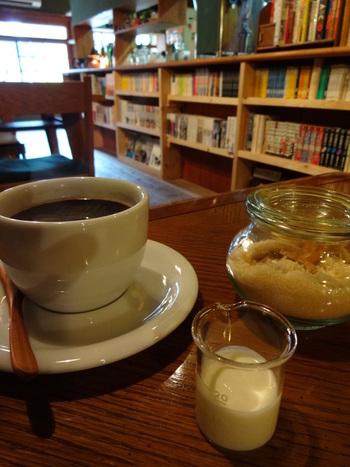 コーヒー好きな方たちにはとっても有名な「二三味珈琲」の豆で淹れた本格的なエスプレッソを堪能することができますよ。