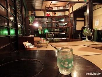 築100年以上の町屋を改装したというお店の中も、昭和感たっぷり♪グリーンをポイントにしたレトロなインテリアです。