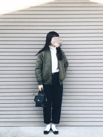 今季トレンドのキルティングコートと太めのデニムを合わせたカジュアルスタイルに、きちんと感ある小さめバッグとバレエシューズを合わせたお出かけコーディネート。
