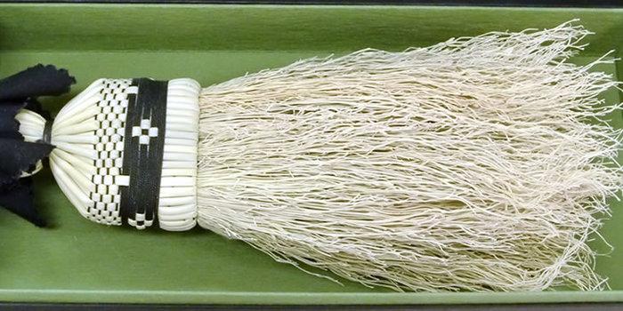 おすすめは縮れ毛が特徴の「南部箒」。ほうき草そのものの天然の縮れが、ラグやカーペットに絡みついた埃から、ペットの毛や煙草の灰までスッキリ掃き出してくれますよ。
