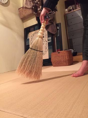 畳の掃除も、おすすめはやっぱり「ほうき」ですね。掃除機では畳が傷ついてしまいます。畳の目に沿って、力を入れずに掃くことがポイント!先ほどご紹介した「南部箒」がおすすめですよ♪