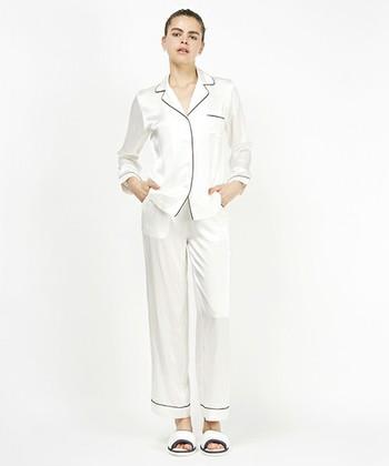 肌触りバツグンのシルク100%パジャマは、大人の女性へのご褒美におすすめ♡  吸湿性、保湿性、そして放湿性など、機能面でも優れているからオールシーズン心地よく過ごせます。しっかりお手入れすることで長く愛用できるから、ぜひトップスとロングパンツのセットアップでそろえてみて。
