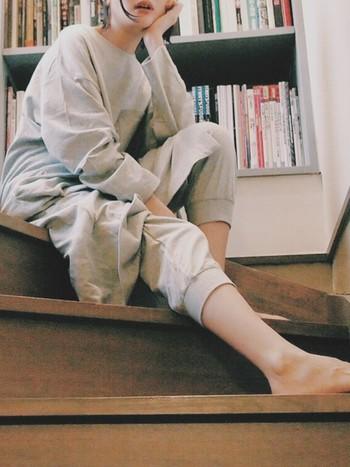 ゆったりとしたロング丈ワンピのルームウェア。赤ちゃんの肌着に使われているダブルガーゼをベースにしたオリジナル素材は、驚くほど軽やかであたたか。  女性らしいシルエットのデザインで、ベルトでウエストマークしたりヒールを合わせれば外出着としても着られます。