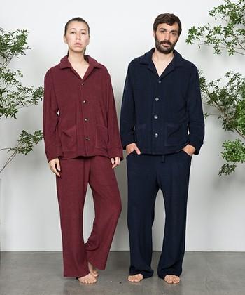 ふっくらとやわらかな質感のコットン100%のパイル地パジャマは、一度着ると手放せなくなるほどの心地よさ。春夏と秋冬で毛足の長さを変えているブランドのこだわりが、上質な眠りを叶えてくれます。  上下セパレートなら普段着としても使える秀逸なデザイン。