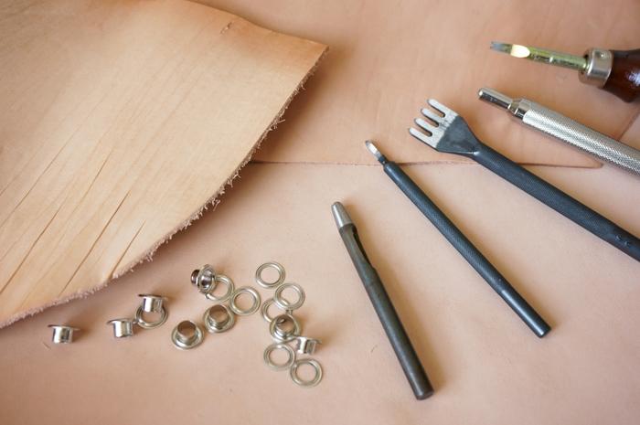 レザークラフトといえば、専用の道具がたくさん必要で、縫い合わせるのも難しそうなイメージがありますよね。でも、専用の道具を使わず、全く縫製せずにできる革小物やアクセサリーもあるんです。まずは簡単な小物やアクセサリー作りから挑戦してみませんか!