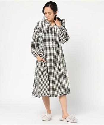 Et grenier by Samansa Mos2(エ グルニエ バイ サマンサ モスモス)は、 飾らないナチュラルテイストがお好みの女性にぴったりのルームウェアブランド。「grenier」はフランス語で屋根裏部屋という意味。「自分だけの空間で、自分の好きなものを着て、リラックスした時間を楽しむ」というコンセプトも素敵です。  写真のダブルガーゼ生地のワンピースは、前のボタンをあけて羽織りとして着ても◎!
