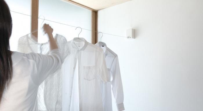 白くシンプルなデザインなので、お部屋の壁に付けても違和感がありません。使わない時は目立たず、他のインテリアの邪魔にならないのがうれしいですね。