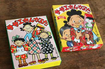 こちらは「サザエさんかるた」です。長谷川町子美術館にも1箱しか現存していない「幻の」サザエさんのカルタを60年ぶりに完全復刻。付録には楽しい小冊子と、シールセットが入っています。
