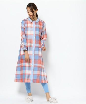 ガーリーな色味のチェック柄と丸襟がちょっぴりレトロで可愛いロング丈のパジャマ。デニムカラーのスパッツ付で可愛い。もちろん、羽織りとしてふんわり着るのも◎。ふっくらとした3重織りのガーゼ素材で保温性や通気性などの機能性にも優れています。