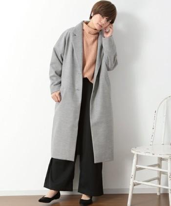 ロング丈のチェスターコートをオープンフロントでサッと羽織ったマニッシュなスタイル。女性らしいピンクのリブハイネックのニットがエレガントさをプラスしていますね。通勤コーデにもおすすめです。