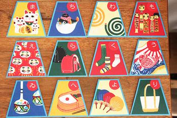 富士山をイメージした台形の形がかわいらしく、絵柄もレトロポップでにぎやかです。日本好きの外国のお友達にプレゼントしても喜ばれるかもしれません。