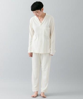 コットンシルクの上質な肌触りのシンプルなパジャマ。一日頑張った夜、こんなやわらかで心地いいパジャマに包まれて眠れるなんて幸せ♪ホワイト、ベージュ、オレンジの淡くあたたかみのある上品なカラー展開は大人の女性におすすめです。パジャマシャツとパンツ、ぜひセットで自分へのご褒美に。