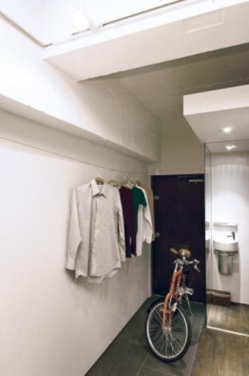 設置するのは壁があればどこでも。日頃デットスペースになりがちな空間を雨の日の物干スペースに変えることができます。洗濯機のある脱衣所や吹き抜けのホールなども有効利用できます。