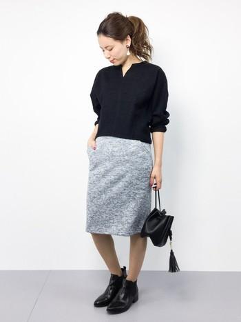 女性らしいシルエットを強調するタイトスカートは、パンプスなどで合わせるとかっちりとし過ぎた印象に。でもショートブーツなら、程よくカジュアルダウンしてくれ、抜け感のあるコーディネートが楽しめます!