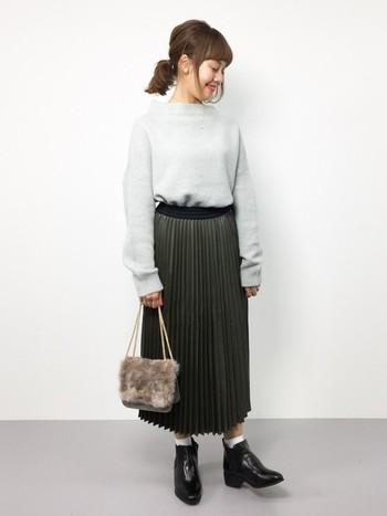 今季人気のプリーツロングスカート。きれいめな印象のスカートですが、ソックス×ショートブーツでカジュアルに仕上げます。ほっこりとしたファーのバッグに、艶やかなレザーの質感が対照的でオシャレです。