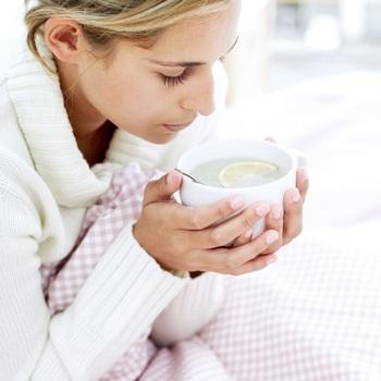朝起きてから白湯を飲むのもおすすめです。白湯をゆっくりと飲むことで、内臓が動き、体をぽかぽかあたためる効果も期待できます。爽やかにレモンを浮かべても◎心身ともに元気に朝をスタートできますね。
