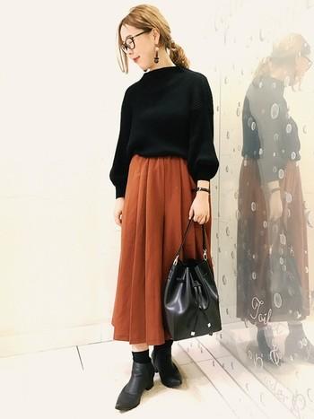 少し短めのスカーチョには、ショートブーツ×ソックスの組み合わせを。少しだけ肌見せすることで女性らしさが演出できますが、ブーツなので足先まで暖かいですよ♪